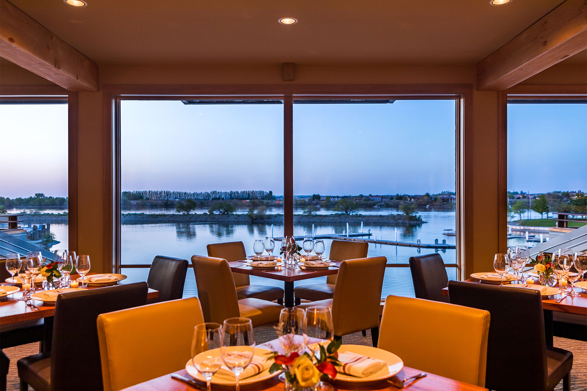Riverfront-Dining-at-Drumheller's-Restaurant-in-Richland